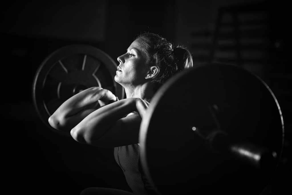 woman-weightlifting-on-training-
